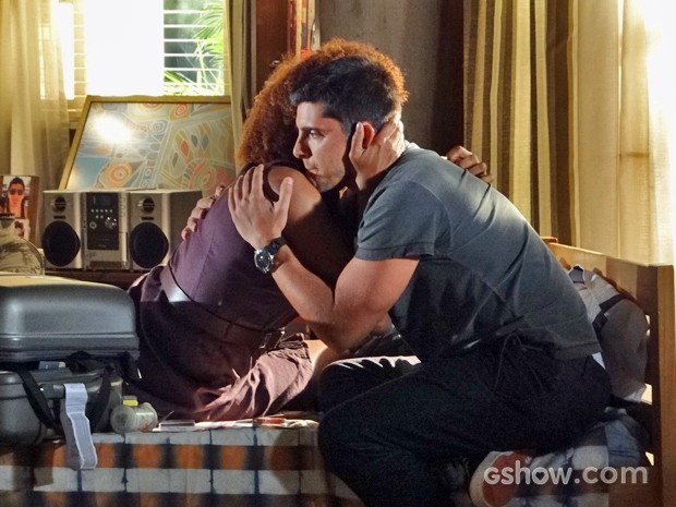 Dulce abraça o filho e diz que por baixo da pele somos todos iguais (Foto: Em Família/TV Globo)