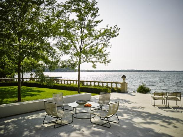 Casa à beiro do lago une arte, arquitetura e natureza nos EUA (Foto: Douglas Friedman )