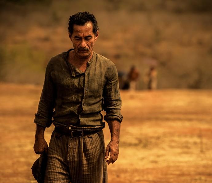 Na pele de Belmiro, Chico Diaz vive um homem esperançoso e teimoso em desacreditar na seca do sertão (Foto: Caiuá Franco/ Globo)