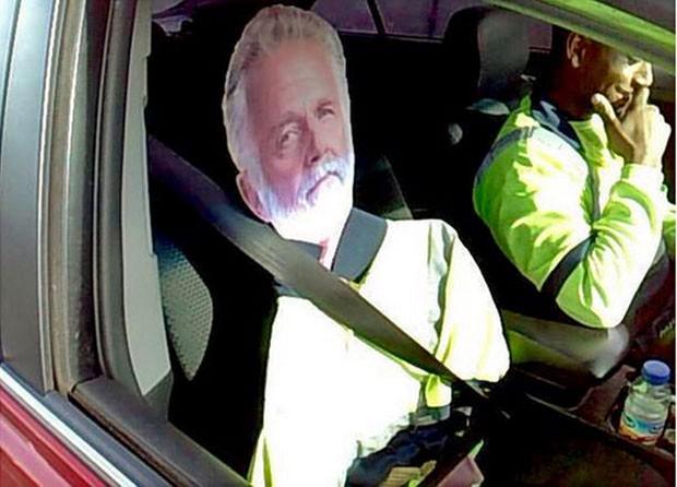 Motorista usou boneco de papelão para poder trafegar em faixa de pista reservada para veículos com duas ou mais pessoas (Foto: Tony Brock/Washington State Patrol/AP)