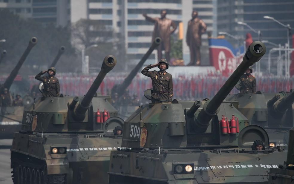 Milhares de militares marcharam em demonstração de força e poderio militar na capital coreana (Foto: Ed Jones/AFP)