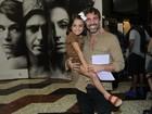 Marcelo Faria, com a filha, prestigia a estreia de peça de Camila Lucciola