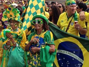 Torcida de todas as idades na Fan Fest, no Farol da Barra, em Salvador (Foto: Yuri Girardi/G1)