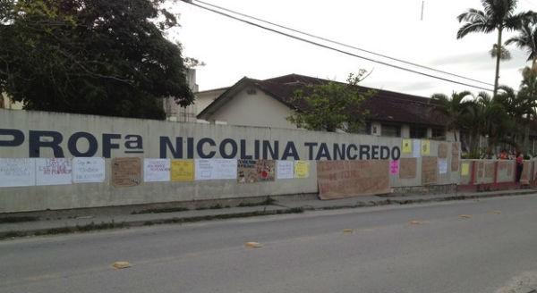 Professores e alunos fizeram cartazes em dia de manifesto (Foto: Joana Caldas/G1 SC)