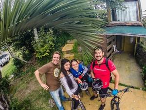 Casal Jonha e Vicky recebeu os ciclistas em Maldonado, no Uruguai (Foto: Divulgação/Saindo da Casinha)