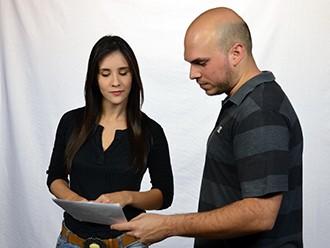 Carla Moreno confere o texto para a gravação (Foto: Marketing/TV Fronteira)