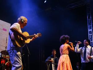 Banda Os Valvulados abriu a noite do sábado (26) com convidados especiais. (Foto: Jael Soares/ G1)