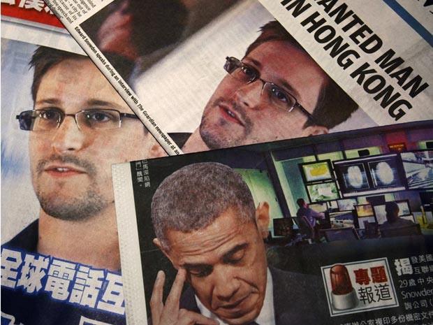 Fotos de Edward Snowden, ex-funcionário da Agência Nacional de Segurança, e do presidente dos EUA, Barack Obama, nas manchetes de jornais em inglês e chinês, em Hong Kong (Foto: Reuters)