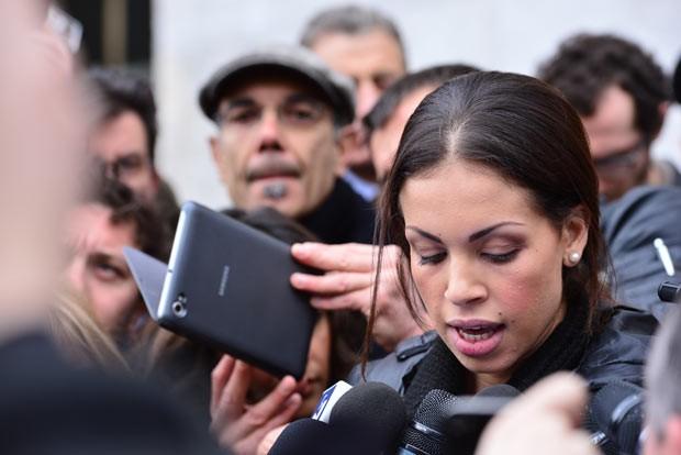 A jovem marroquina Ruby El Marough lê comunicado para jornalistas nesta quinta-feira (4) em Milão (Foto: AFP)