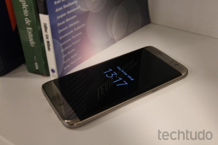 O Galaxy S7 Edge tem resistência à água e pode mergulhar por 30 minutos (Foto: Luana Marfim/TechTudo)