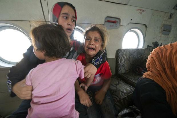 Mulher e criança reagem ao serem retiradas por forças iraquianas na cidade de Amerli nesta sexta-feira (29), quando o Estado Islâmico ainda cercava a região (Foto: Reuters)