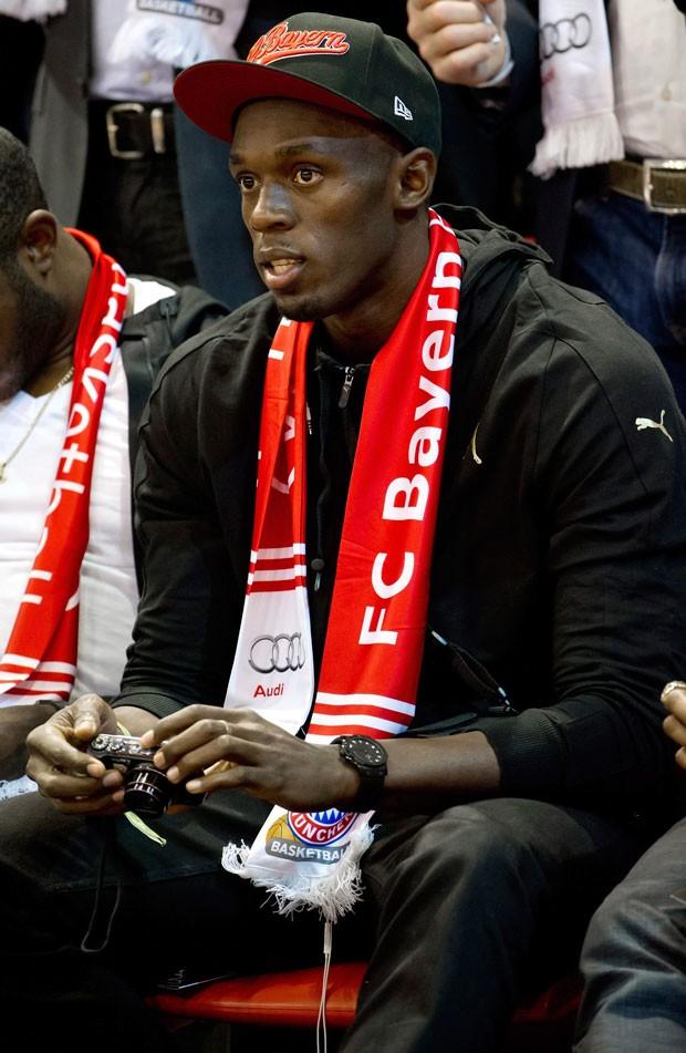 Usain bolt assiste ao jogo de basquete playoff alamenha (Foto: Agência EFE)