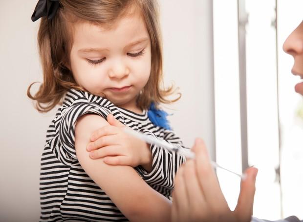 Menina tomando vacina (Foto: Thinkstock)