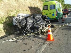 Vítimas estavam em um Corsa. (Foto: Serli Santos/TV Gazeta)