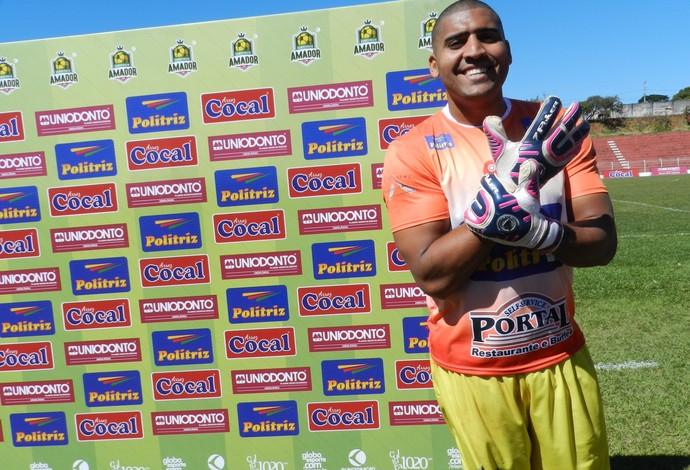 Goleiro Júnior Ferreira, do Vitória, na disputa da primeira divisão do Campeonato Amador de Uberlândia (Foto: Caroline Aleixo)