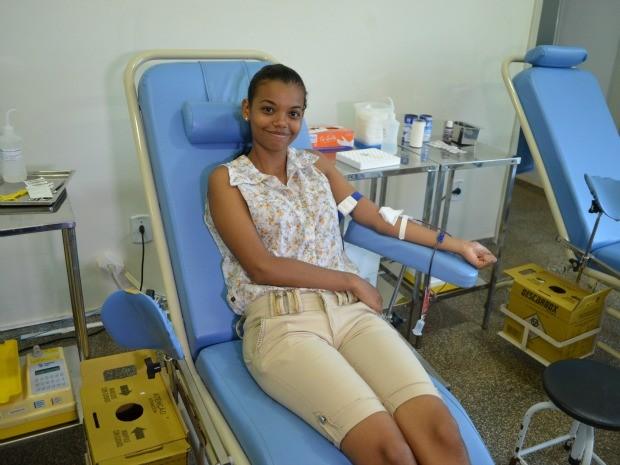 Estudante aproveitou horário extra para doar sangue pela 1° vez (Foto: Magda Oliveira/ G1)