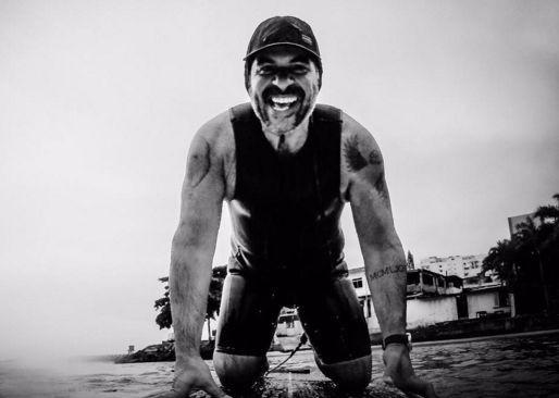 Leandro Hassum faz stand up paddle (Foto: Reprodução)