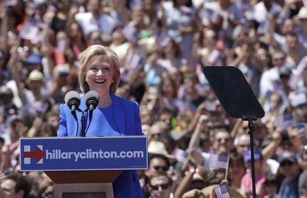 Candidata americana Hillary Clinton faz o primeiro discurso oficial de campanha em NY, neste sábado (13) (Foto: Brendan McDermid/Reuters)