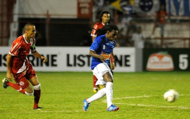 Náutico x Cruzeiro - Derley - Tinga (Foto: Aldo Carneiro / Pernambuco Press)