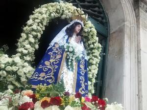 Cortejo com imagem de Nossa Senhora da Conceição é acompanhado por milhares de fiéis (Foto: Rafael Teles/G1)