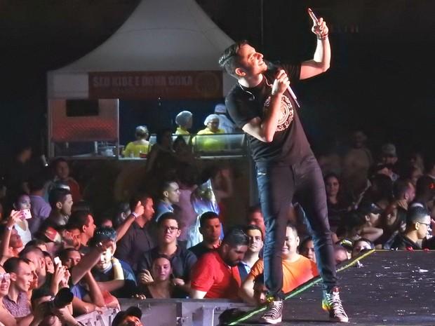 O cantor Jonas Esticado fechou a noite de festival (Foto: Ive Rylo / G1 AM)