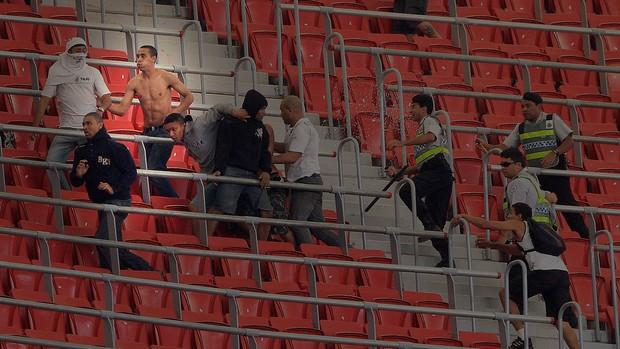 Leandro Silva de Oliveira torcida corinthians briga estádio mané garrincha (Foto: Ed Ferreira / Agência Estado)