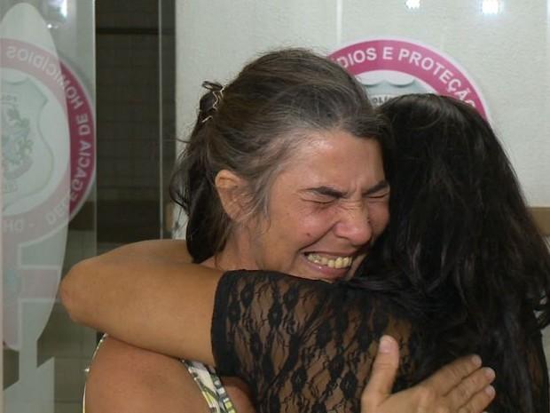 Mãe da jovem Bárbara assassinada em Vila Velha se desespera na delegacia. (Foto: Reprodução/ TV Gazeta)