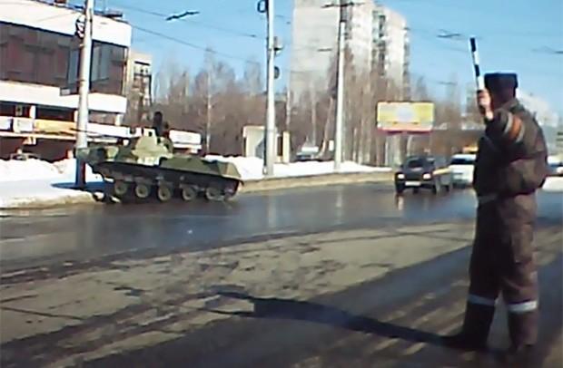Após frear bruscamente duas vezes, blindado ainda bateu em poste durante curva (Foto: Reprodução/YouTube/Ivan Ivanov)