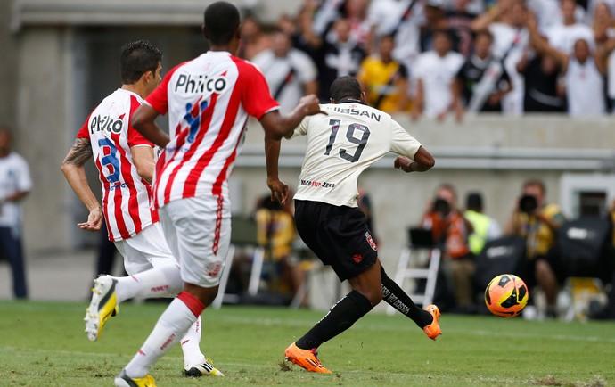 Edmilson gol Vasco x Náutico (Foto: Guito Moreto / O Globo)