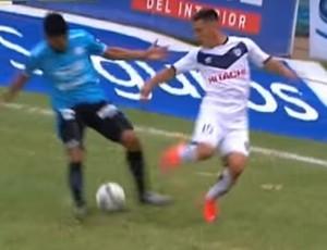 Fabricio Alvarenga dá drible por baixo das pernas Belgrano x San Lorenzo