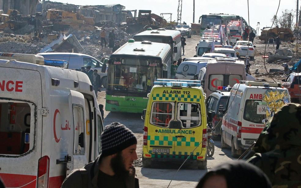 Ônibus e ambulâncias usados na retirada de pessoas da cidade síria de Aleppo, na quinta (15) (Foto: Reuters/Ammar Abdullah)