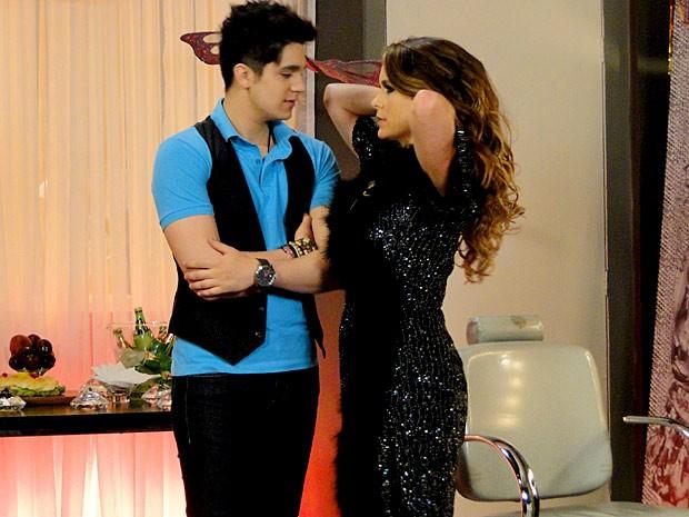Chayene não perde tempo e sensualiza com Luan Santana (Foto: Cheias de Charme / TV Globo)