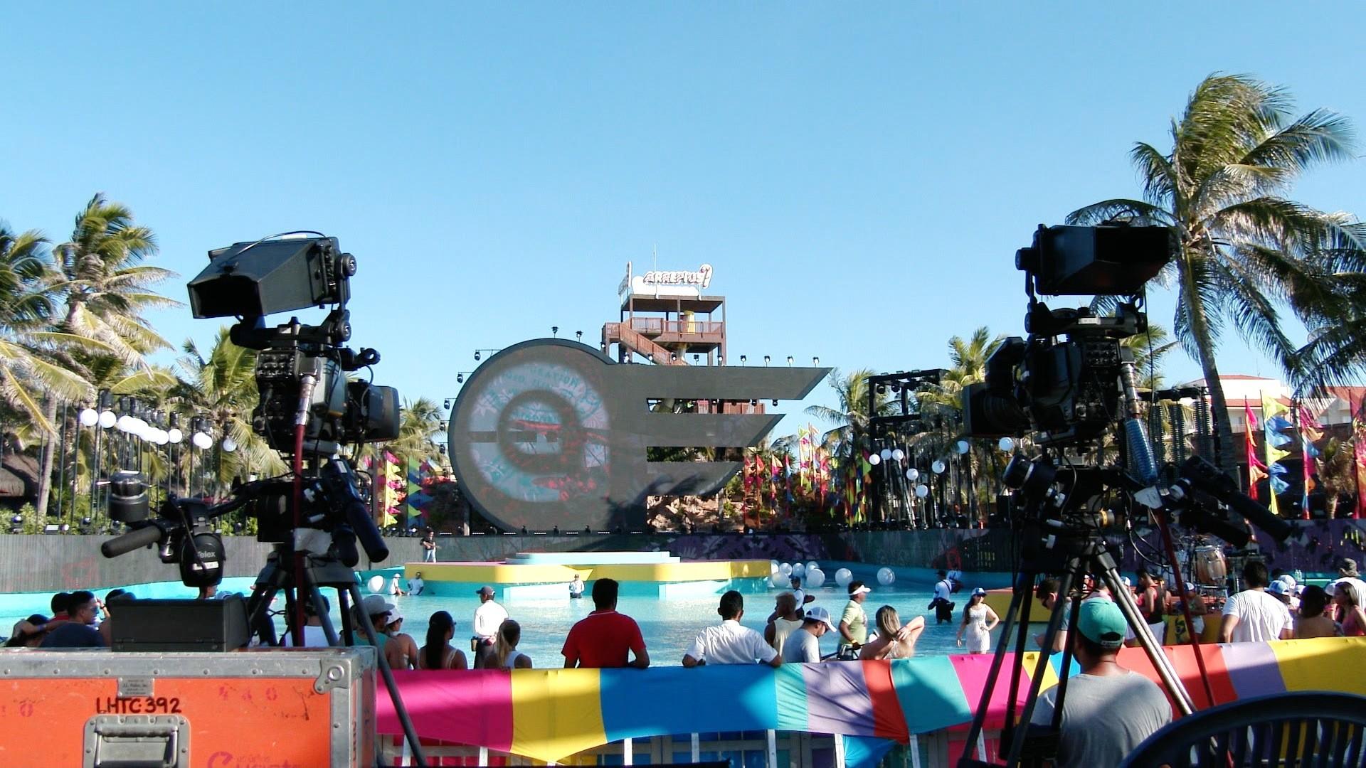 A estrutura da Pool Party do Aviões foi montada dentro de piscina. (Foto: TV Verdes Mares)