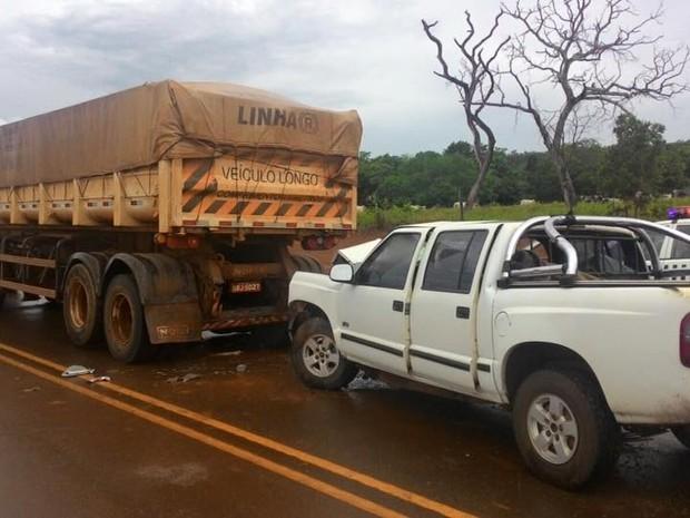 Idosa morre e marido fica ferido após caminhonete atingir carreta na MT-130 (Foto: Divulgação)