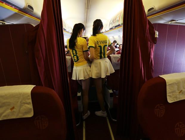 comissárias de bordo chinesas china camisa seleção brasileira brasil x camarões