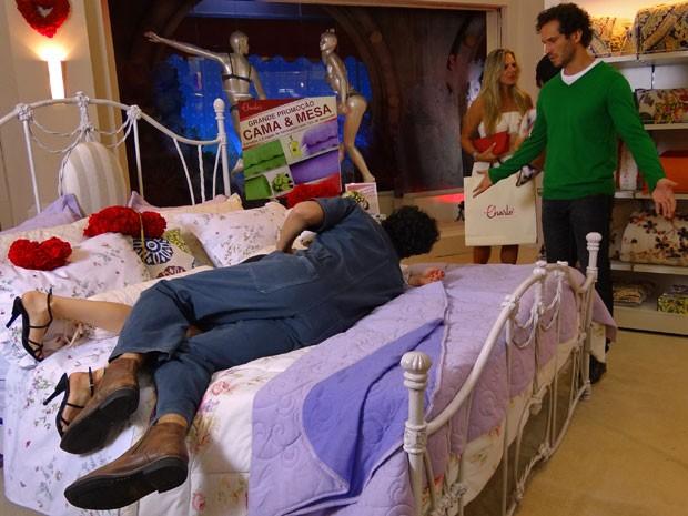 Fábio fica revoltado ao ver Nando e Juliana na cama (Foto: Guerra dos Sexos / TV Globo)