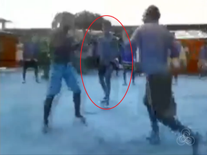 Imagens mostram a luta entre dois detentos; um terceiro atua como juiz na 'competição' (Foto: Reprodução/Rede Amazônica Roraima)