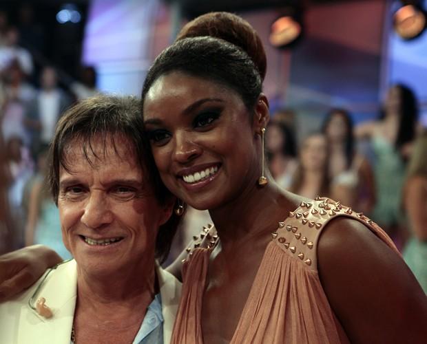 Cris Vianna foi outra que correu para tirar uma fotinha com Roberto Carlos (Foto: Domingão do Faustão / TV Globo)