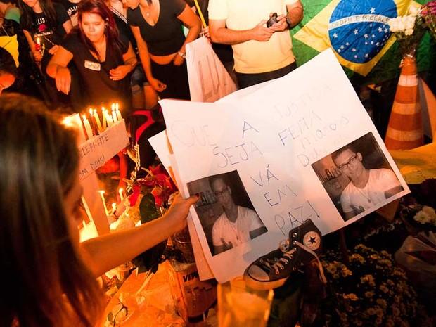 Sexta-feira (21) - Jovens seguram cartaz com foto do estudante morto na noite passada em Ribeirão Preto (Foto: Érico Andrade/G1)
