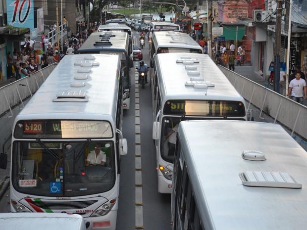 Ônibus pararam na Rua Miguel Couto, no Centro de João Pessoa (Foto: Walter Paparazzo/G1)