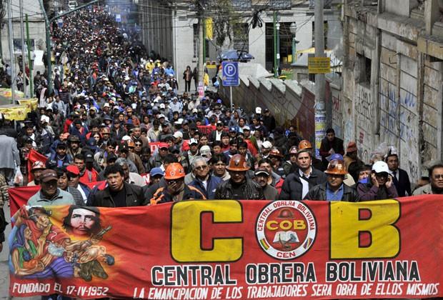 Trabalhadores fazem protesto nesta quarta-feira (15) na Bolívia (Foto: Aizar Raldes/AFP)