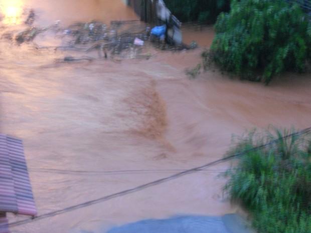 Moradores do bairro JK, em Coronel, Fabriciano, ficaram ilhados. (Foto: Tereza Cristina de Souza Moreira / VC no G1)