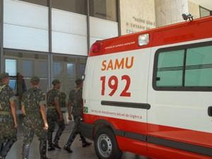 Ambulância levando bebê chegou ao Instituto de Cardiologia do DF no final da manhã desta sexta-feira (1º) (Foto: Rafaela Céo/G1)