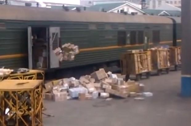 Funcionários do correio da Rússia foram flagrados arremessando pacotes para fora do trem em estação na cidade de Novosibirsk (Foto: Reprodução/YouTube/Vitaly Gurin)