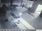 Câmera de segurança flagra ladrão caindo do forro de loja durante furto