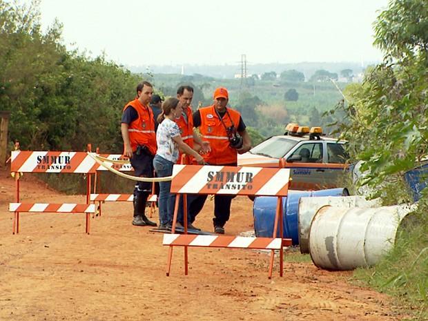 Produto tóxico é desovado estrada de terra de Sumaré e contamina solo (Foto: Reprodução EPTV)
