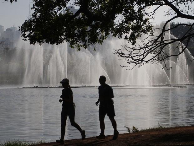 Paulistanos aproveitavam para fazer esportes e passear na manhã deste domingo (7) no Parque do Ibirapuera, na Zona Sul da capital. O dia começou ensolarado e deve manter a temperatura alta, podendo chegar até os 29ºC, de acordo com previsão do Centro de G (Foto: Raeh Patrasso/Agência Estado)