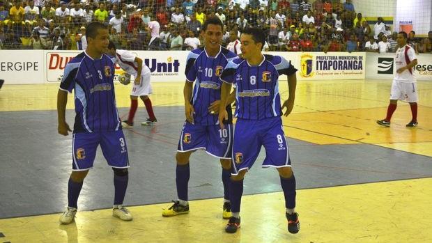 Jogadores de Itaporanga comemoram gol, mas perdem partida (Foto: João Áquila (GLOBOESPORTE.COM))