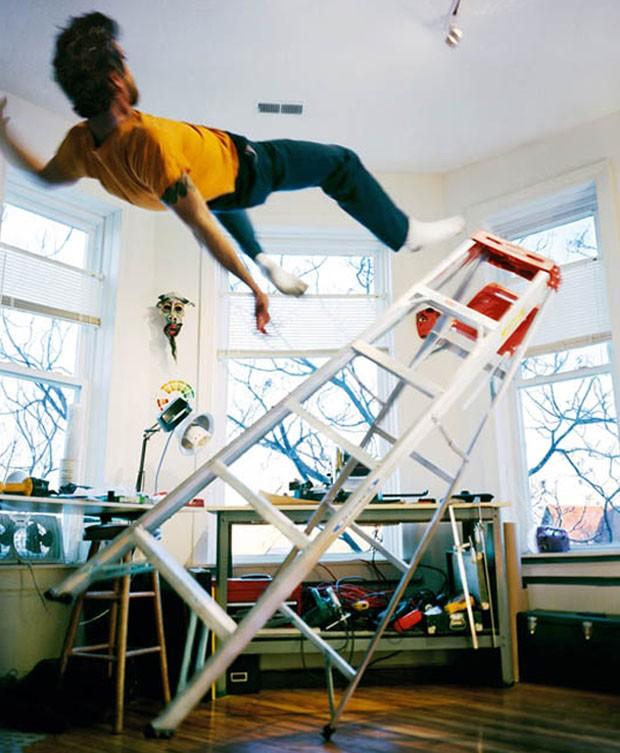 Kerry Skarbakka caindo de uma escada (Foto: Kerry Skarbakka/Divulgação)