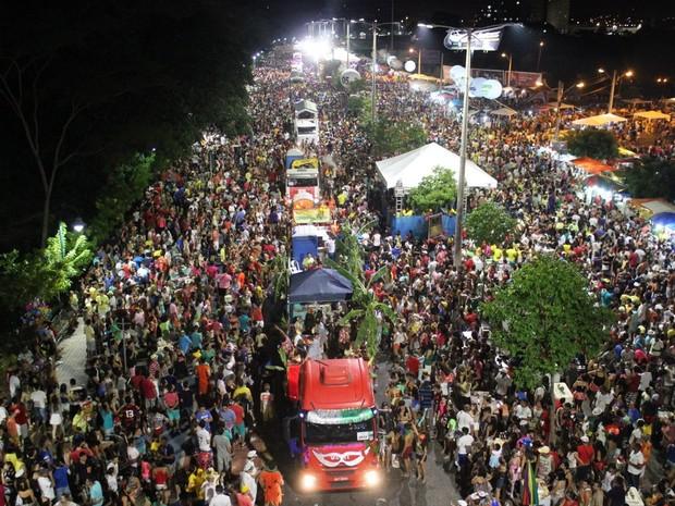 Multidão lota Av .Raul Lopes durante o Corso de Teresina 2015 (Foto: Catarina Costa/G1)